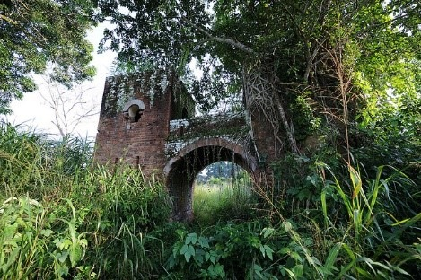 Deserted gatehouse in Dungu, DRC along borders with CAR and South Sudan  Photo by Julien Harneis| Flickr | CC BY-SA 2.0
