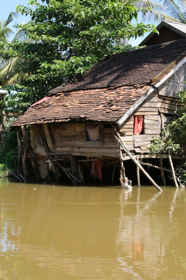 Dwelling collapsing into Siem Reap River. (Photo by Basia Irland and Derek Irland.)