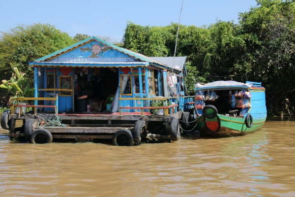 The floating villages of Tonle Sap Lake. Blue houses usually denote the home of a Vietnamese family. (Photo by Basia Irland and Derek Irland.)