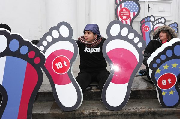 Sets of feet represent the per capita carbon footprints of selected countries. Japan is shown with 10 tons.