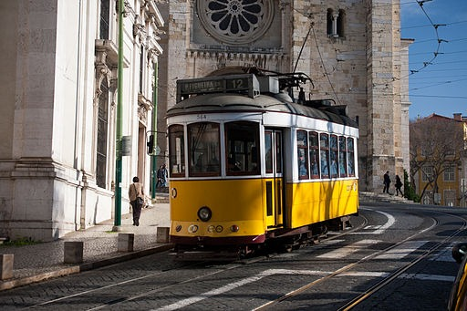 Lisbon_tram_next_to_Lisbon_Cathedral